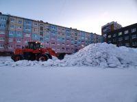 «ЖКС» при поддержке специализированных организаций продолжает расчищать дворы от снега.
